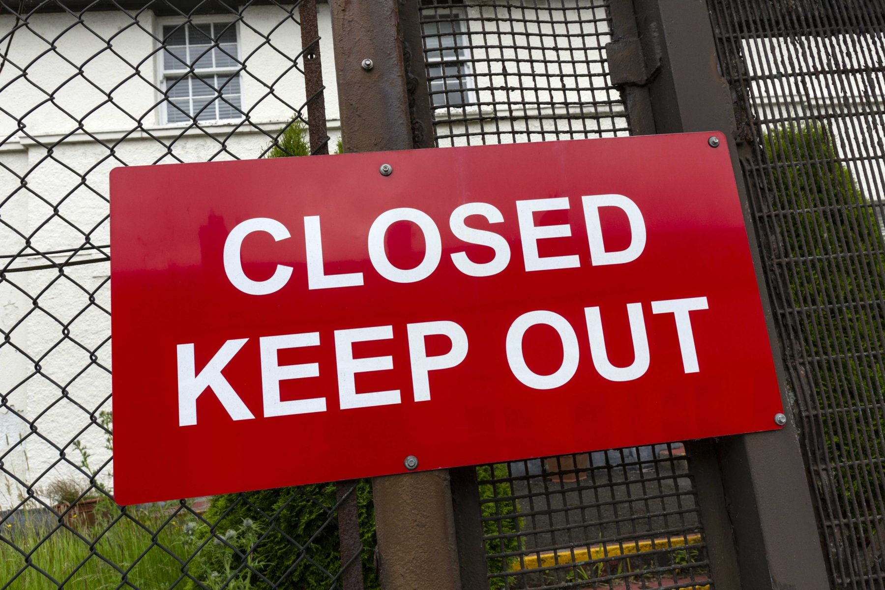 Outdoor sign that says closed keep out